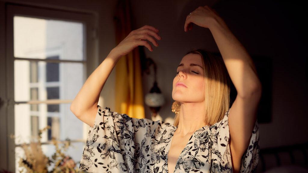 femme-blonde-sereine-lumiere-soleil-posture-yog-respiration-calme-amour-de-soi-blog-inspiration-loveloveday-header-article-invite
